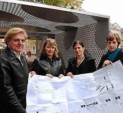 De architecten en schepen Hilde Decleer tonen de plannen voor de renovatie van het monument. mvn