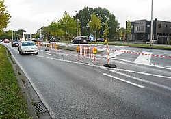 Deze hekken zijn geplaatst om te vermijden dat bestuurders de fout aangebrachte lijnen volgen.Marc Peeters