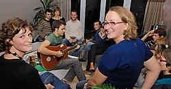 Nils (midden) liet ook zijn 22ste gastvrouw Lieselot Denorme genieten van een mooi huiskamerconcert. Michel Vanneuville