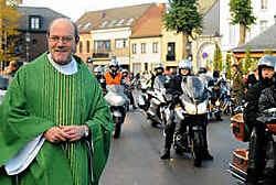 Ook pastoor Andre De Rechter kwam in zijn kerkgewaad de motorrijders begroeten na de zondagsmis. lvs