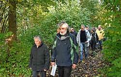 Gisteren wandelde een groep van 130 mensen de voetweg 100 open. Yvan De Saedeleer
