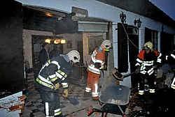 De brandweer had de handen vol met het opruimen van het puin en het stutten van de gevel.pdv