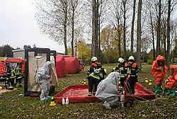 Brandweermannen installeren hun materiaal tijdens de noodplanoefening gisteren in Dendermonde. jdl