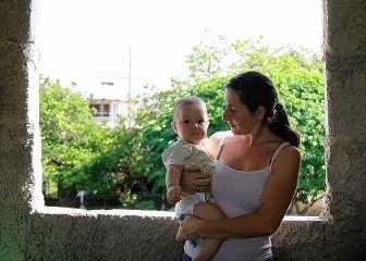 Elke Willemsen in 2008 met zoontje Adrian in Cuba. jan de haese