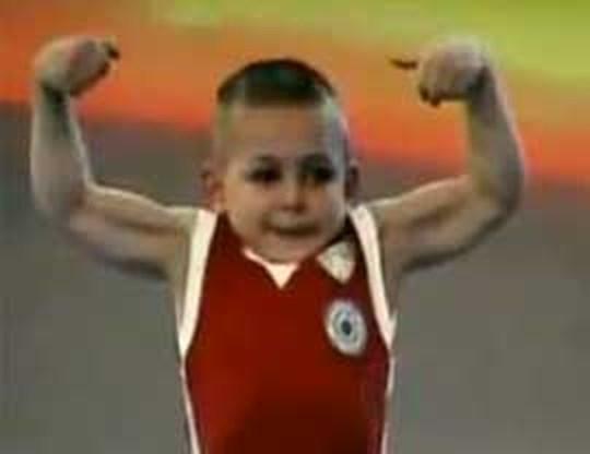 Vijfjarige bodybuilder hit op internet