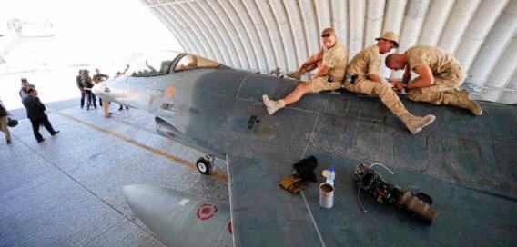 Belgen werken aan een F-16 in Kandahar. Een 'nederlaag' in Afghanistan wordt voorgesteld als een fatale klap voor de Navo. belga