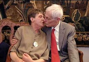 'De ring' volgt onder andere het ontroerende verhaal van Luc en Madeleine, die na 25 jaar samen beslissen te trouwen. VRT 2009