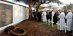 De steen gedenkt de missionarissen die in het buitenland hun graf vonden.Yvan De Saedeleer