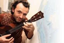 Dankzij zijn minigitaartje mag Yannick Van Loo op tournee in Australië. Frederiek Vande Velde