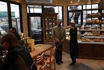 De lange houten tafel, die plaats biedt aan 16 klanten, is het hart van iedere koffieshop van Le Pain Quotidien, waar ook ter wereld, of het nu Hongkong, Brussel of Moskou (foto) is.