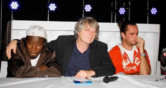 Sportdokter Chris Goossens (midden) geeft op de persconferentie steun aan bokser Sugar Jackson en Xavier Malisse. belga
