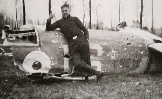 Jean Dubois bij het wrak van een bommenwerper. rr