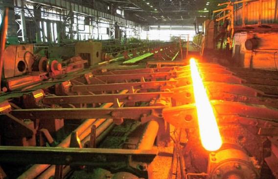 Een pijpproductielijn in de Sinarsky-staalfabriek. belga
