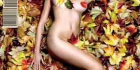 Marie Vinck naakt onder herfstbladeren