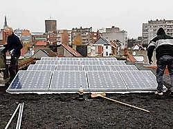 Het grote, platte dak van de voormalige diamantslijperij in de Borgerhoutse Langstraat blijkt een goed platform voor zonnepanelen om elektriciteit te produceren. jaa