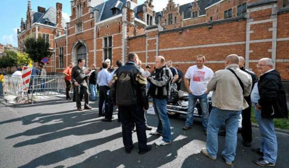 Terwijl cipiers voor de poort actie voeren, vinden in de gevangenis van Vorst folteringen plaats.photo news