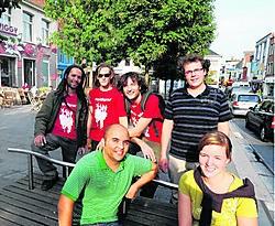 Matti Vandemaele (staand rechts) lanceerde de 'Vlasmarkt-actie' op Facebook en doet nu het opmerkelijke voorstel om van de nabije Belgacomsite een jeugdherberg te maken. Patrick Holderbeke