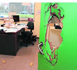Met een brandblusapparaat werden de deuren van de bureaus in MPI De Oase kapotgeslagen. gia