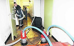 In de kelders van het politiekantoor in Blankenberge moest de brandweer met man en macht water wegpompen. nmi