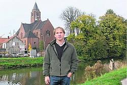 Geert Verdoodt voor de kerk en de pastorietuin van Erembodegem: 'De tuin zou opengesteld moeten worden voor de hele gemeenschap.' Bart Biesemans