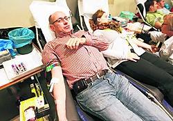 Acteur Kurt Defrancq steunt het bloedgeven al jàren. 'Het dodelijk ongeval in Oosterzele bewijst nog maar eens hoe belangrijk dit is.' fvv