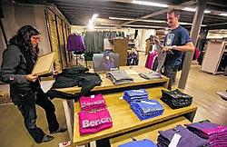 De arbeiders waren de winkel AS Adventure aan het afwerken toen ze ontruimd werden. shb