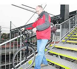 Luc Donners op de voetgangersbrug, die nu een goede antisliplaag heeft. Frederiek Vande Velde