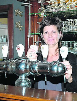 Nathalie Sarens staat alweer in haar zaak na de brutale overval. Eddy Vuylsteke