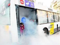 Jongeren leren dankzij de rookbus hoe ze uit een brandende bus moeten ontsnappen. fvv