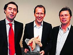 Ben Vandorpe (midden) won de Gouden Lasso van de Ondernemersvereniging Jonge Cowboys. Hij wordt geflankeerd door genomineerden Vincent Duthoo (links) en Bruno Lambrecht. Patrick Holderbeke