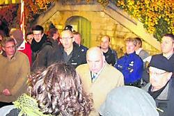 Burgemeester Termont gaf tekst en uitleg aan een honderdtal linkse betogers die naar het stadhuis waren afgezakt. tod