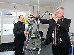 Burgemeester van Beernem Johan De Rijcke (rechts) samen met een medewerker van het Fietspunt. mvn