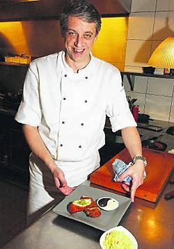 'Als je een gerecht klaarmaakt, is het belangrijk dat je zelf de kwaliteit ervan kan proeven', zegt chef-kok Dirk De Koninck van restaurant La Luna. ema
