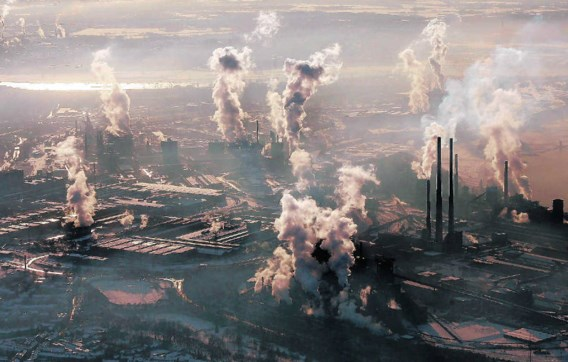 In mei van dit jaar bereikte de CO2-concentratie in de atmosfeer een piekvan 390 ppm. Foto: de site van staalbedrijf ThyssenKrupp in Duisburg. ap