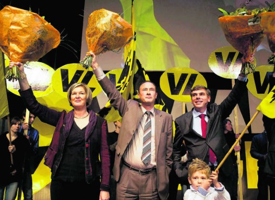 Bruno Valkeniers en Filip Dewinter, met links Vlaams parlementslid Linda Vissers: tegen 2012 moet het cordon definitief aan diggelen liggen.blg