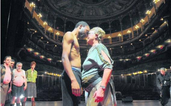 Mannen en vrouwen staan tegenover elkaar in de productie van Reinhilde Decleir. rr