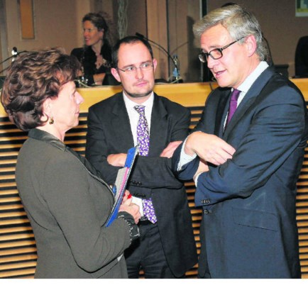 Minister-president Kris Peeters (rechts, naast Vincent Van Quickenborne en Neelie Kroes): 'Als landen willen wij ons niet meer tegen elkaar laten uitspelen.'ap