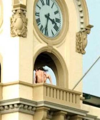 Betrapt: koppel bedrijft liefde in klokkentoren