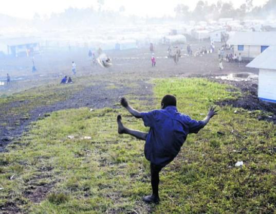 Een vluchteling trapt een balletje in het Kibati-kamp in Oost-Congo. epa