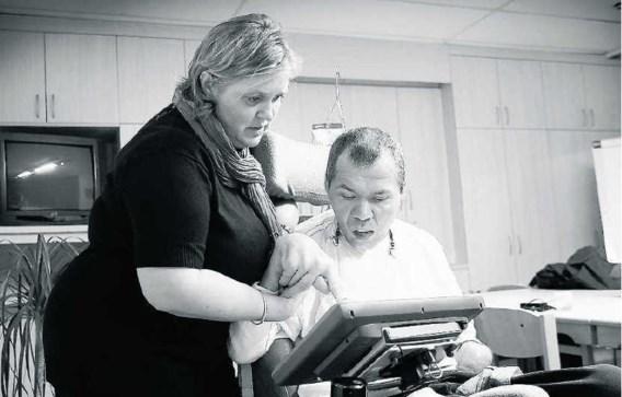Rom Houben communiceert met de hulp van een begeleidster en een computer.Romain Eyckens