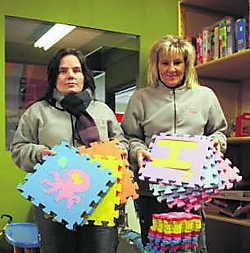 Kathy Lagniau (links) en Annemie Peeters van de kringwinkel gaan voort met de verkoop van de vloerpuzzels.tab
