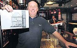Philippe Vandenabeele toont zijn plannen voor café Pick. Michel Vanneuville