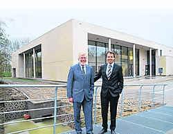Schepenen Warnix Schelstraete en Jan Vermeulen zijn trots op het nieuwste paradepaardje van Deinze: het centrum Brielpunt. John De Vlieger