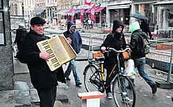 Straatmuzikanten mogen binnenkort nog maar één uur op dezelfde plek blijven staan. fvv