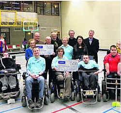 Piet en Jan Van Hauwaert (bovenaan uiterst links en rechts) schonken twee cheques aan vrijwilligersvereniging 'tKelderke en aan de Somival- rolstoelhockeyploeg. Jan Decock