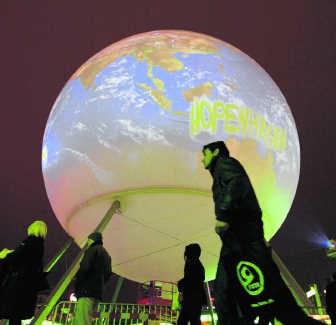 Een reusachtige wereldbol in Kopenhagen, waar maandag de VN-klimaattop begon