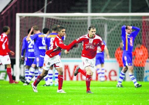 Milan Jovanovic (r.) stormt weg. 'Als mijn doelpunt goed was geweest voor de zege had ik wel gevierd.'isosport