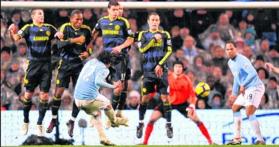 Carlos Tevez scoorde met een vrije trap het winnende doelpunt voor Manchester City.photo news
