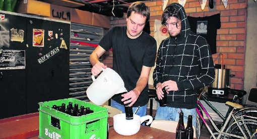 Twee leden van studentenvereniging Mercurius (zie inzet rechts) kozen voor een blond biertje. Kizzy Van Horne
