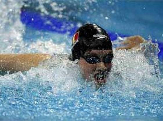Kimberly Buys verbetert BR 200 meter rug in klein bad